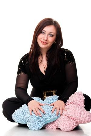 sexy pregnant woman: 美しい妊娠中の女性、ピンクと青の枕を白で隔離され座っています。