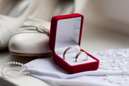 Pár snubních prstenů v krabici. Velmi mělké dof