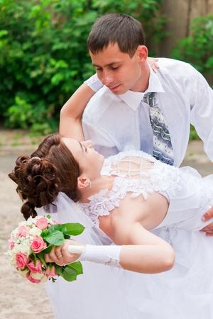chicas bailando: Novia y novio bailando Foto de archivo
