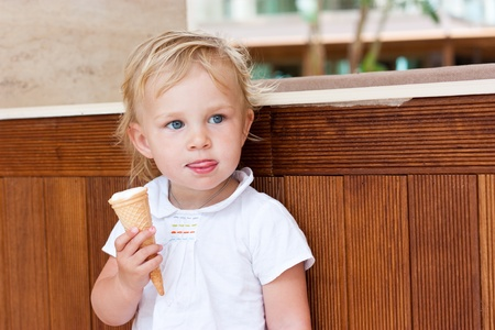 Roztomilé dítě jíst zmrzlina outdoor