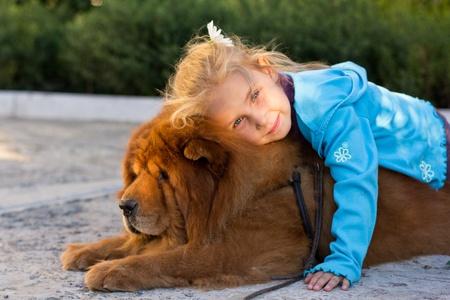 amigos abrazandose: Hermosa chica con el perro al aire libre