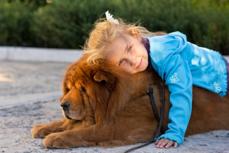 Krásná dívka se psem venkovní