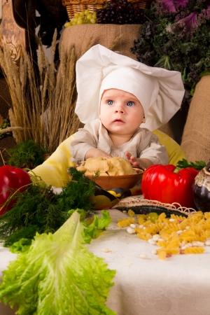 aliments droles: petit gar�on en costume cuisinier � la cuisine
