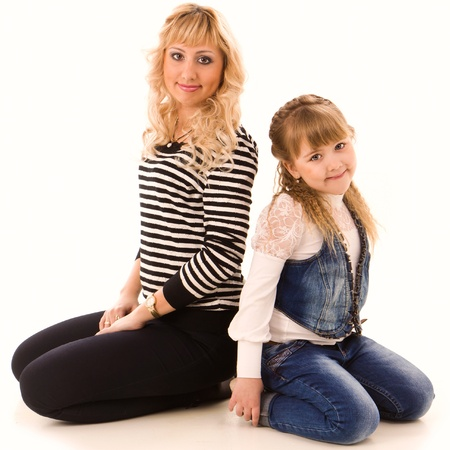 Bella giovane madre e figlia isolato su sfondo bianco