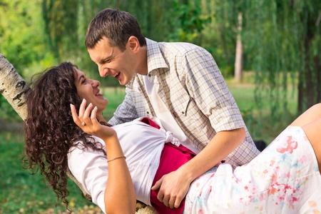 Krásná šťastná láska, pár outdoor Reklamní fotografie - 12951068