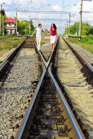 Krásná šťastná láska pár na kolejích venkovní Reklamní fotografie