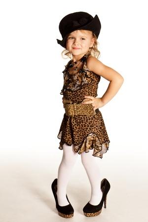 Krásná holčička na vysokém podpatku boty na bílém pozadí Reklamní fotografie
