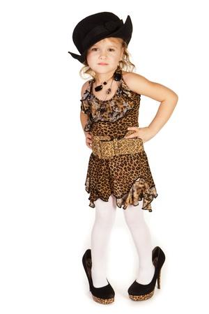 niño modelo: Hermosa niña de zapatos de tacón alto sobre el fondo blanco