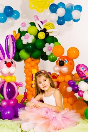 Krásná holčička v balónu lese s balónem květinou