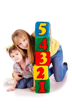 Šťastné děti, drželi se bloky s čísly na bílém pozadí
