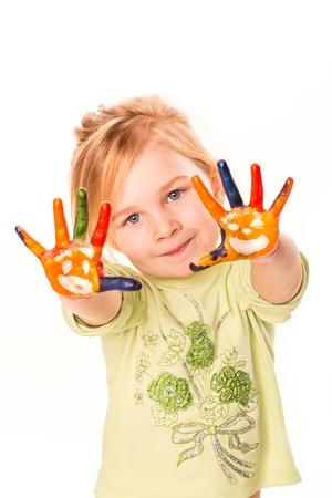 Portrét veselá dívka ukazuje její ruce maloval v jasných barvách, izolovaných na bílém Reklamní fotografie - 17444793
