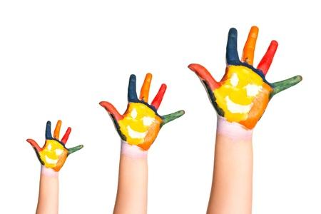 Rodinný koncept Tři barevné ruce s usměvavou tváří rodiny - matka, otec a dítě malé, střední a velké jednoty symbol ruky, růst, připravené pro vaše logo izolovaných na bílém pozadí Reklamní fotografie