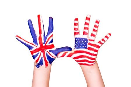 Americké a anglické vlajky na ruce. Učení angličtiny koncept. Reklamní fotografie