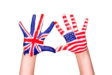 Americké a anglické vlajky na rukou. Učení anglického jazyka koncept. Reklamní fotografie