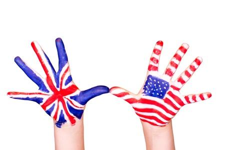 Americké a anglické vlajky na rukou učení anglického jazyka koncept
