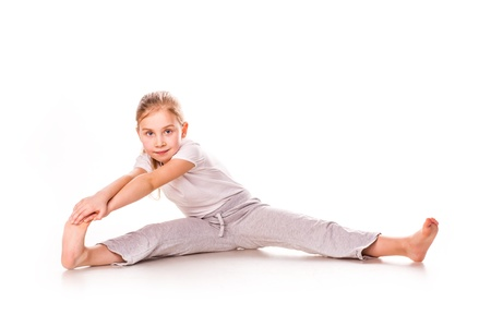 Krásná dívka gymnastka cvičení, strečink izolovaných na bílém Reklamní fotografie