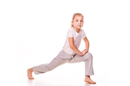 Krásná dívka gymnasta cvičení, strečink na bílém