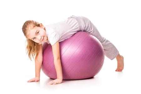 Sportovní dívka na fit ball, skákání izolovaných na bílém Reklamní fotografie - 17893423