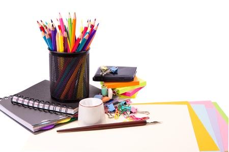 fournitures scolaires: L'école et de papeterie de bureau isolé sur blanc. Retour au concept de l'école