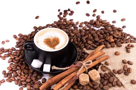 Káva s kávových zrn, tyčinky skořice, bílý a hnědý cukr izolovaných na bílém