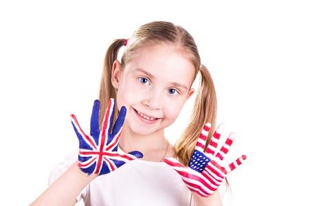 Americké a anglické vlajky na rukou dítěte. Učení anglického jazyka koncept. Reklamní fotografie - 18204067