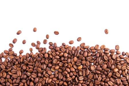 Kávové boby jako pozadí na bílém Reklamní fotografie