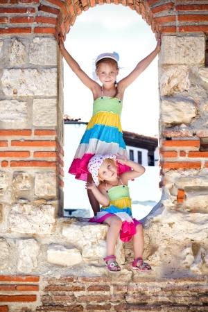 Krásné holčičky v dávných ruin Nesebar, starobylé město na pobřeží Černého moře v Bulharsku
