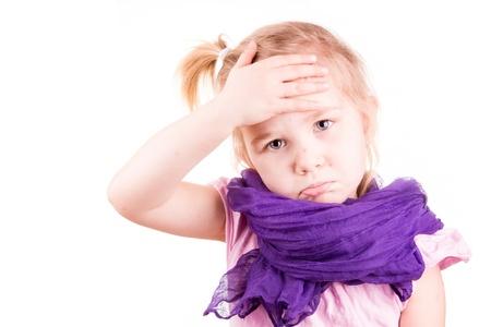 varicela: Ni�a enferma de varicela medir la temperatura y verificar su forhead aislado en blanco