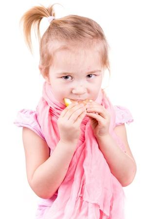varicela: Ni�a enferma con varicela comiendo lim�n aislado en blanco