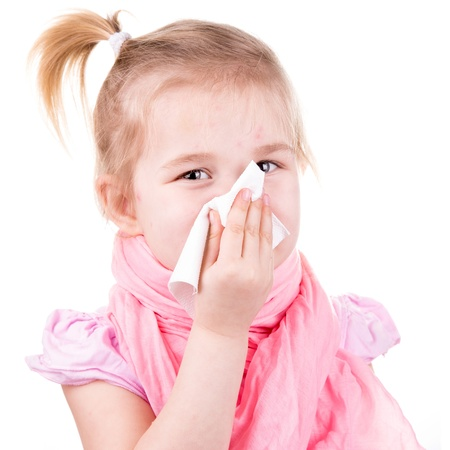 varicela: Ni�a enferma de varicela con servilleta aislado en blanco Foto de archivo