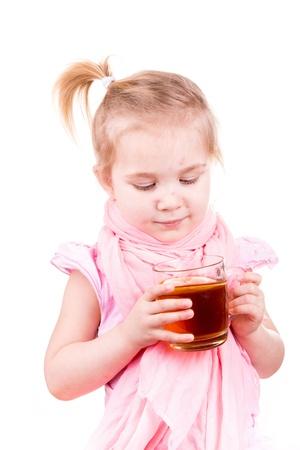 varicela: Ni�a enferma con varicela beber t� con lim�n aislado en blanco