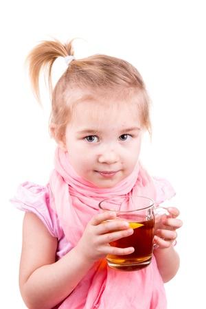 varicela: Peque�a ni�a Sick con t� potable la varicela con el lim�n aislado en blanco Foto de archivo