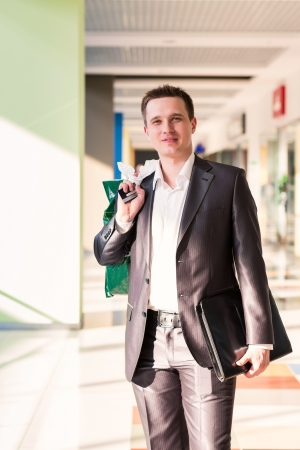Atraktivní mladý muž nakupování s taškami v obchodě Reklamní fotografie