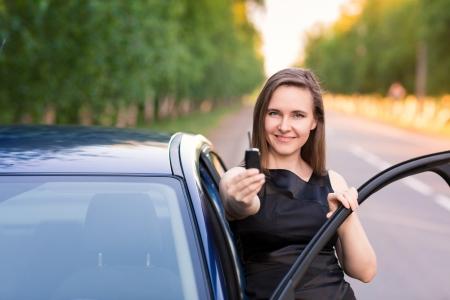 Krásné pak jsou potíže u svého auta na silnici Reklamní fotografie - 19799163