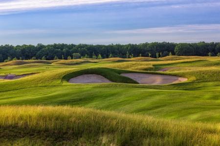 完璧な波状ゴルフ場での素敵な緑の芝生のグラウンド 写真素材