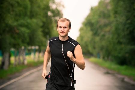 Sportovní mladý muž běžec jogging ve velké rychlosti na silnici Reklamní fotografie