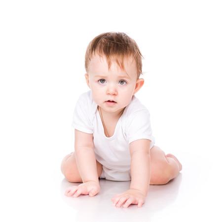 bebe gateando: Peque�o beb� lindo que se arrastra aislado en blanco Foto de archivo