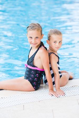 cute little girls: Dos ni�as lindas en piscina posando