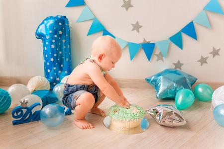 Adorabile bambino festeggia il suo primo compleanno. Smash cake party