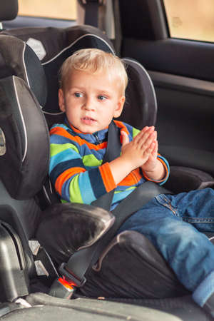 Little baby boy sitting on a car seat buckled up in the car. Children's Car Seat Safety Stockfoto