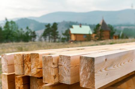 Preparazione travi di legno all'aperto