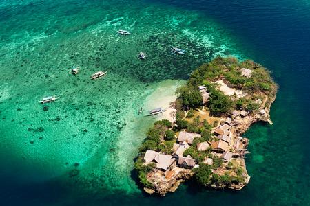 매우 하얀 모래와 열 대 섬에서 아름 다운 베이의 공중보기. 보라카이 섬, 필리핀.