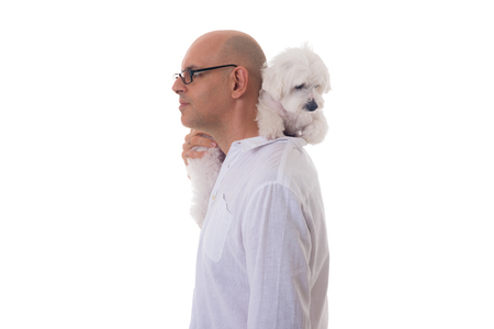 portrait of man holding maltese dog on his neck in profile, isol Banque d'images - 94754285