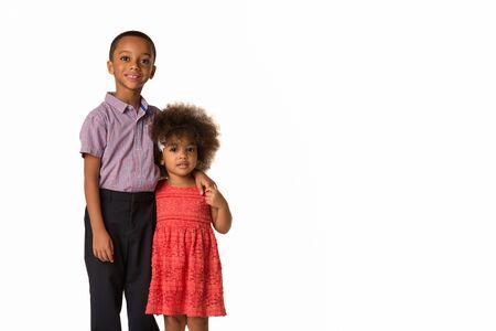 Kindheit und Menschen Konzept-zwei fröhliche afroamerikanische Geschwister, isoliert auf weißem Hintergrund mit Kopienraum Standard-Bild
