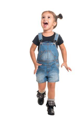Bambina felice che guarda in alto e ride su sfondo bianco Archivio Fotografico