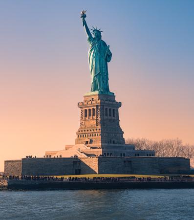 Estatua de la libertad al atardecer en Navidad, Nueva York, EE. Foto de archivo