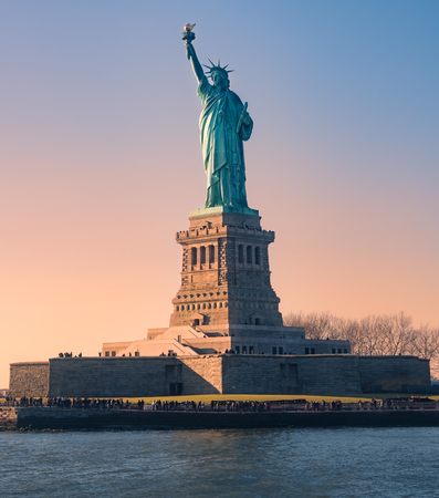 Statue de la liberté au coucher du soleil à Noël, New York, USA Banque d'images