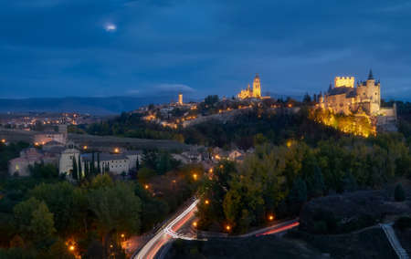 Beautiful aerial view during the blue hour, of the city of Segovía, its alcazar, cathedral and historic architecture Standard-Bild