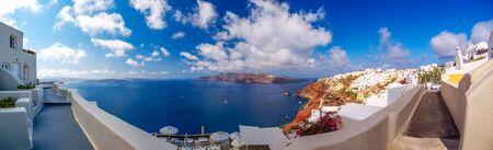 Erstaunlicher Panoramablick auf die Insel Santorini. Schöne weiße Höhlenhäuser. Santorini, Kykladen, Griechenland Standard-Bild