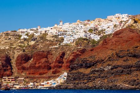 Amazing Santorini view on white cave houses from the Aegean sea. Santorini, Cyclades, Greece. Stok Fotoğraf - 148181665
